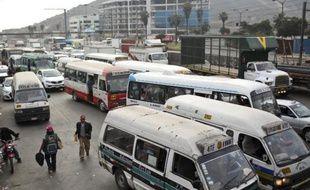 Des bus dans les rues de Lima