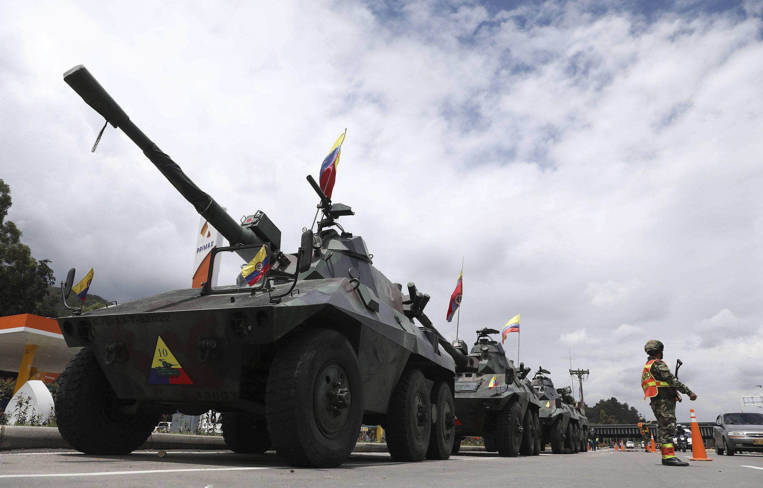 Des soldats et des chars de l'armée déployés en périphérie de Bogota, en Colombie, le 4 mai 2021.