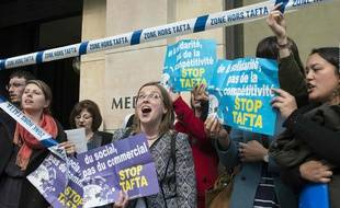 """Des membres de """"Stop TAFTA"""" à Paris le 19 avril 2016.  AFP PHOTO / Elliott VERDIER"""