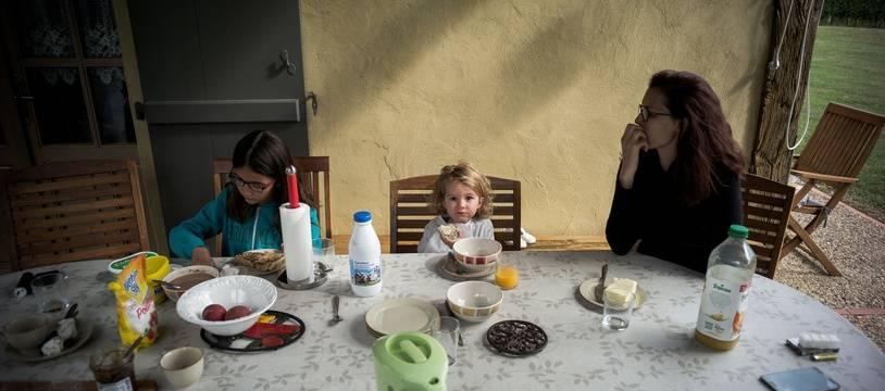Illustration d'un petit-déjeuner en famille.