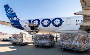 Un Airbus A350-1000 a atterri dimanche à Toulouse. L'avion a ramené de Chine quatre millions de masques à destination de l'Europe.