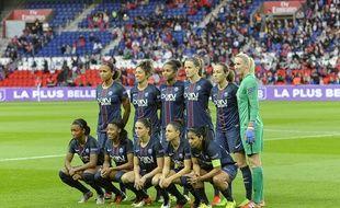 L'équipe féminine du PSG, avec Paredes et Boquete, lors du match de Ligue des champions contre le Bayern en 2017.