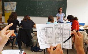 Des jeunes gens suivent un cours d'arabe, le 07 Juillet 2005, lors d'une formation à Carquefou.