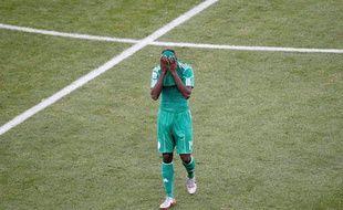 Seul au monde, Kaita, après son expulsion bête pour un geste d'humeur qui coûte le match à son équipe. (Grèce-Nigeria, 2-1, le 17 juin 2010)