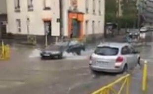 Un violent orage s'est abattu sur Rennes le lundi 28 juin 2021, faisant déborder certaines rues.