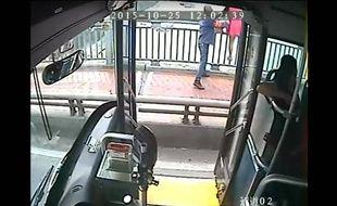 Selon la mère d'une lycéenne, la conductrice aurait intimé l'ordre aux passagers de sortir de son bus.