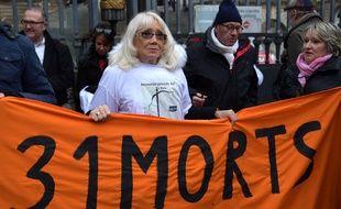 Paris, le 24 janvier 2017. Pauline Miranda, victime de l'explosion de l'usine AZF, manifeste devant le palais de justice de Paris où s'ouvre le troisième procès de la catastrophe.