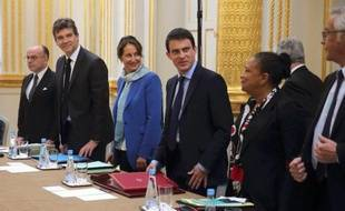 Manuel Valls entouré de g à d de Bernard Cazeneuve, Arnaud Montebourg, Ségolène Royal, Christiane Taubira, François Rebsamen, lors du premier Conseil des ministres le 4 avril 2014 à l'Elysée à Paris