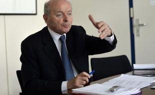 Le Défenseur des droits, Jacques Toubon, dans son bureau le 16 juillet 2014 à Paris