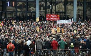 Près de 2000 manifestants anti-aéroport sont massés devant le palais de justice de Nantes.