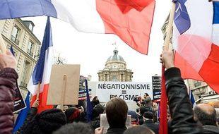 Des Français d'origine arménienne manifestent devant le Sénat, à Paris, le 23 janvier 2012.
