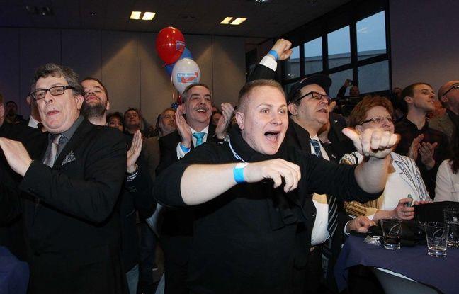 Des militants du mouvement de la droite populiste allemande AFD exultent à l'annonce des résultats des élections régionales allemandes, le 13 mars 2016 à Magdeburg.