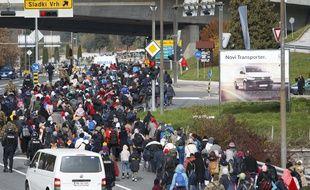 Des migrants sont escortés près de la frontière autrichienne, à Sentilj, en Slovénie, le 25 octobre 2015.