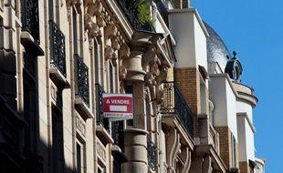 """Un panneau """"A vendre"""" à Paris (image d'illustration)."""