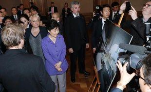 La présidente sud-coréenne Park Geun-Hye (2e à gauche)lors de sa visite à Paris le 2 juin