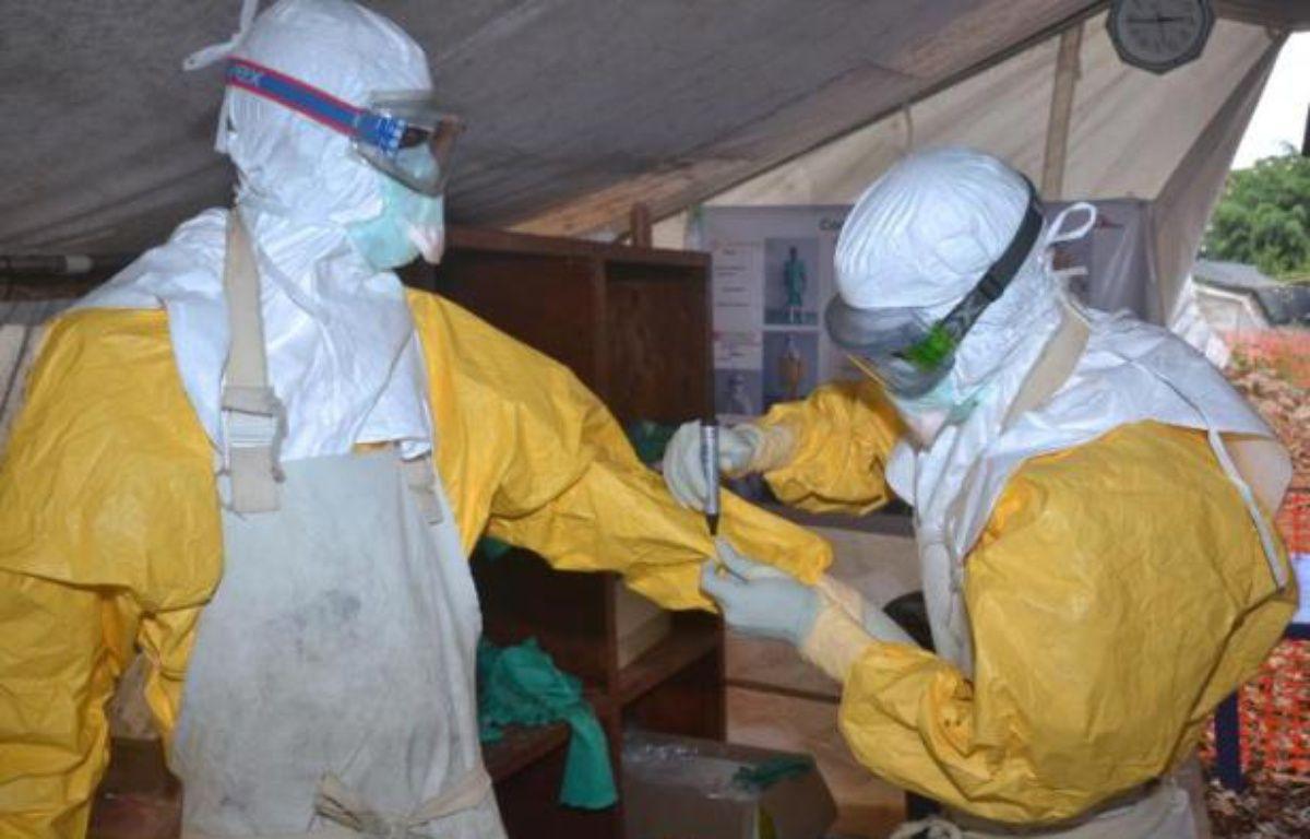 Des personnels du centre Donka pour le traitement d'Ebola le 8 décembre 2014 à Conakry – Cellou Binani AFP