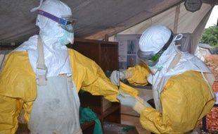 Des personnels du centre Donka pour le traitement d'Ebola le 8 décembre 2014 à Conakry
