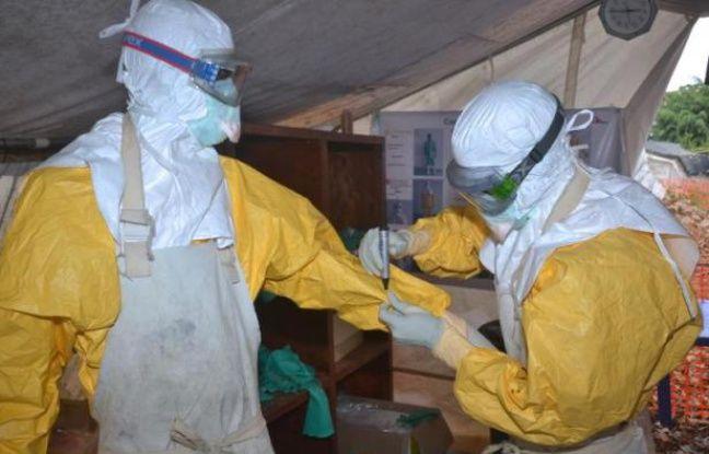 Des personnels du centre Donka pour le traitement d'Ebola le 8 décembre 2014 à Conakry - Cellou Binani AFP