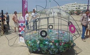 Positionné à plusieurs endroits sur la côte héraultaise de la Méditerranée, le poisson glouton est un totem censé sensibiliser les vacanciers au fléau du plastique.