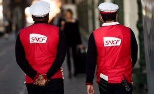 Deux employés de la SNCF sur un quai de gare (image d'illustration).