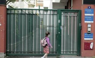 Une fillette reprenant le chemin de l'école, Paris 20e.