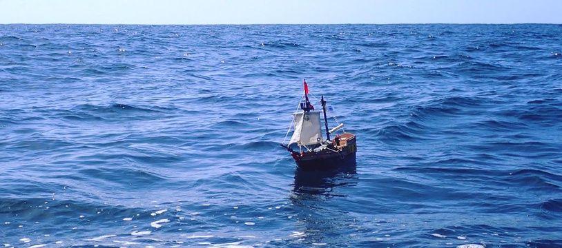 Le petit navire en Playmobil se trouve actuellement à plus de 1.000 kilomètres des côtes sud américaines.