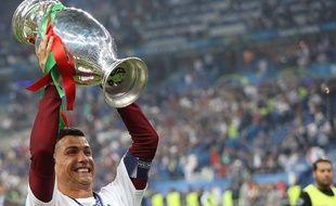 Cristiano Ronaldo soulève le trophée de l'Euro 2016, le 10 juillet 2016, au Stade de France.