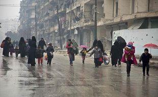 Des habitants d'Alep quittent leur quartier mardi 13 décembre.