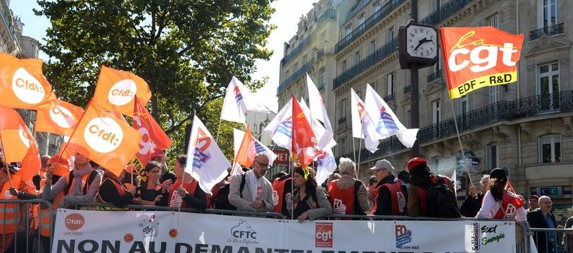 Plusieurs syndicats et agents EDF se sont rassemblés à l'angle du boulevard Saint-Germain et du boulevard Raspail en face du ministère de la Transition écologique et solidaire pour protester contre le projet «Hercule».
