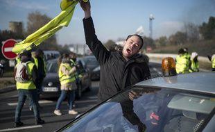 Un manifestant avec un gilet jaune à la main, contre la hausse des prix du carburant, le 1ç novembre à Saint-Herbain