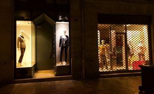 Une boutique de vêtements illuminée à 1 h 45 du matin à Bordeaux.