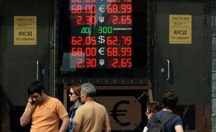 La monnaie russe est retombée jeudi à ses plus bas niveaux en près de cinq mois