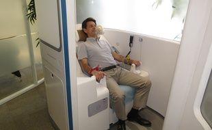 Un patient teste la cabine de télémédecine, le 25 juin 2014 à Paris.