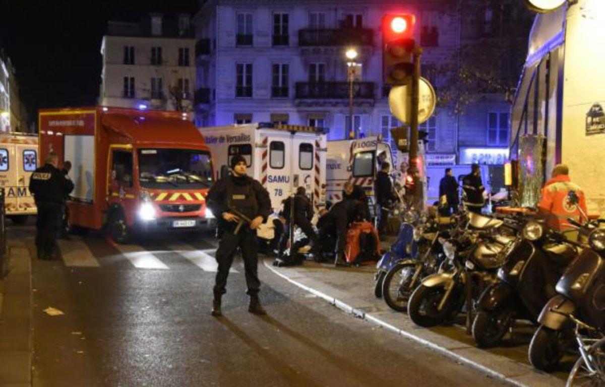 Pompiers et forces de l'ordre barrent l'accès au Bataclan le 14 novembre 2015 à Paris – DOMINIQUE FAGET AFP