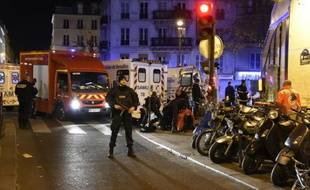 Pompiers et forces de l'ordre barrent l'accès au Bataclan le 14 novembre 2015 à Paris