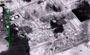 Capture d'une vidéo du 23 novembre 2015, diffusée par le ministère russe de la Défense, montrant l'explosion d'une infrastructure pétrolière contrôlée par Daesh après un raid aérien russe, dans la province syrienne de Deir Ezzor.
