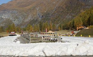 7.000 m3 de neige conservés depuis l'hiver dernier sont versés cette semaine dans la station de Bessans, afin de permettre son ouverture exceptionnelle samedi.