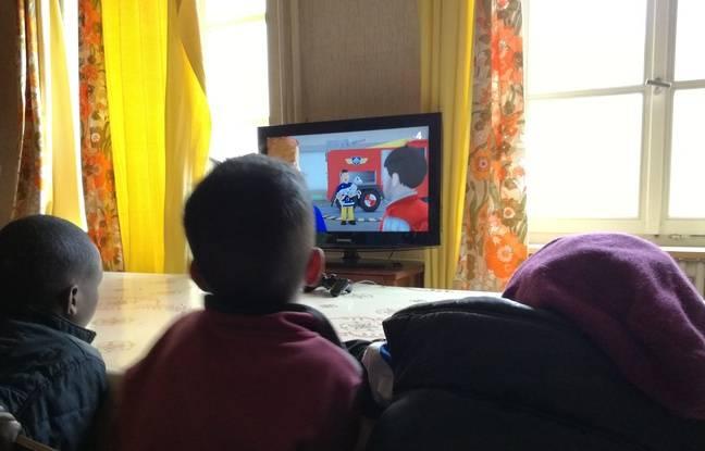 De jeunes enfants d'origine africaine devant les dessins animés à la télévision ce mardi matin à Thal-Marmoutier.