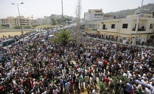 Des milliers de personnes attendent de voter pour la présidentielle syrienne à Yarzé, à l'est à Beyrouth, le 28 mai 2014