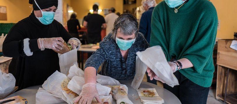 La confection de repas pour les plus démunis par des bénévoles toulousains du Secours catholique  durant le confinement.