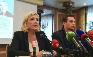 La présidente du Rassemblement National (RN), Marine Le Pen et la tête de liste du parti aux élections européennes, Jordan Bardella, lors d'une conférence de presse, le 18 mai 2019 à Milan.
