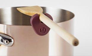 Martin Bolo a imaginé «La Dame de nage», pièce en silicone peut être fixée sur les casseroles et d'y insérer une spatule en bois lors qu'elle n'est pas utilisée.