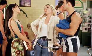 « Les Filles d'à côté », sitcom AB culte des années 1990, devrait revenir sur C8 avec un nouveau casting (et pas de Gégé)