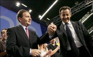 Un transfuge du parti socialiste, Eric Besson, qui a démissionné avec fracas en pleine campagne présidentielle en France, s'est lancé dans un combat acharné aux côtés du favori Nicolas Sarkozy contre la socialiste Ségolène Royal, dont il a juré la perte.