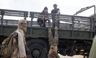 Le corps d'un soldat syrien pro-régime est exposé sur un camion par des combattants islamistes près d'Idleb, le 29 mai 2015