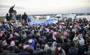 Des Syriens fuyant les combat dans la province d'Alep se regroupent près de la frontière turque, près d'Azaz, le 5 février 2016.