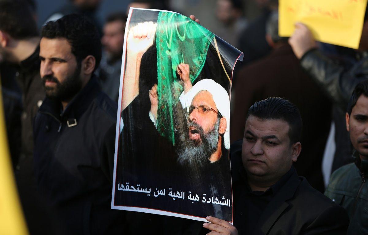 Un homme tient une pancarte représentant l'émir exécuté lors d'une manifestation à Bagdad en Irak.  – AHMAD AL-RUBAYE / AFP