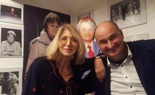 Julie Calvet, Clodette de 1975 à 1978, en compagnie de Christian Masi, collectionneur de souvenirs se référant ou ayant appartenu à Claude François... sous le regard de Cloclo