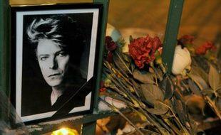 Des fleurs devant le portrait de David Bowie le 11 janvier 2016 à Saint-Petersbourg