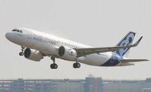 Un Airbus A320neo décolle lors d'un vol d'essai, en 2014 à Blagnac, près de Toulouse